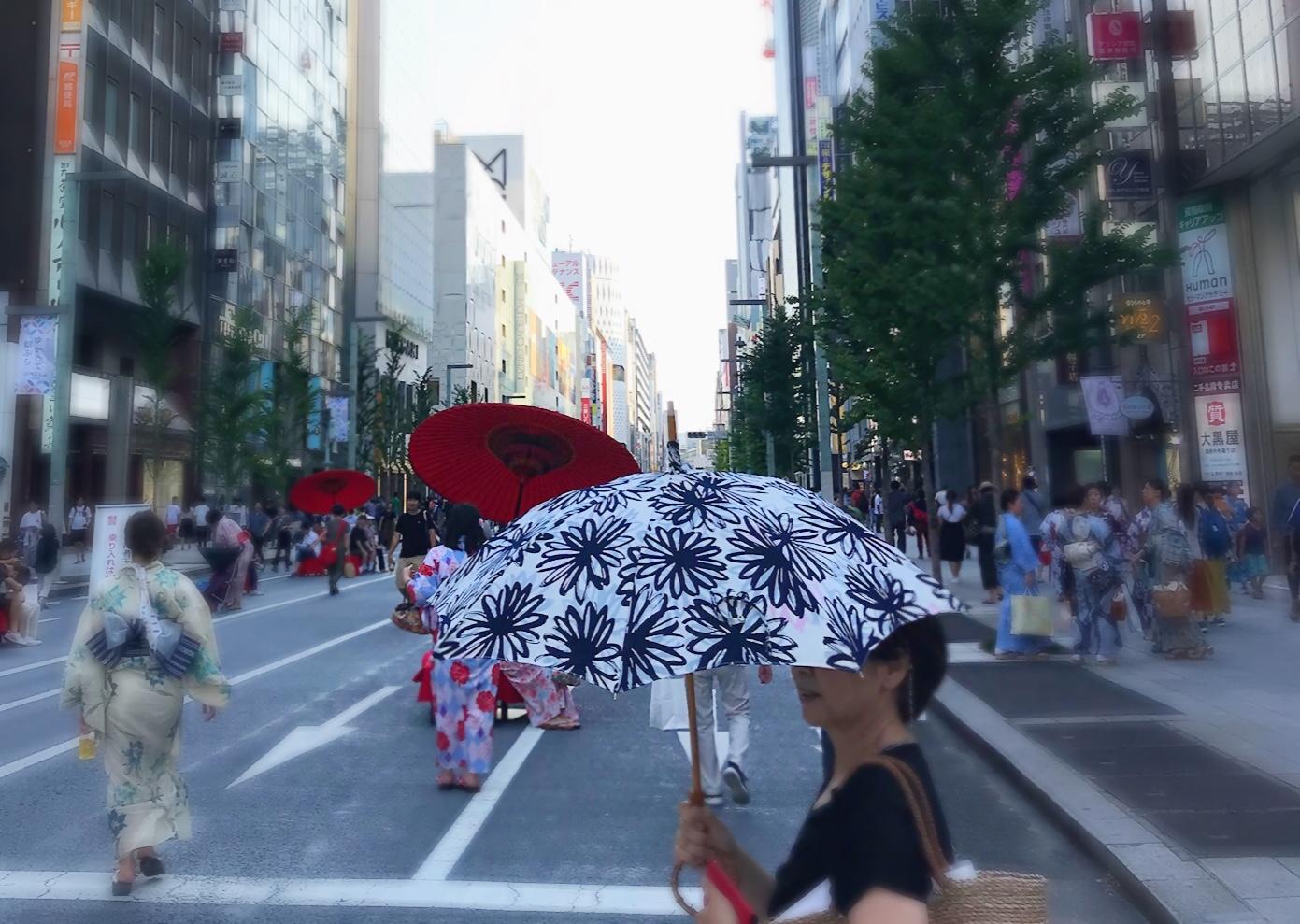 ゆかたで銀ぶら日傘